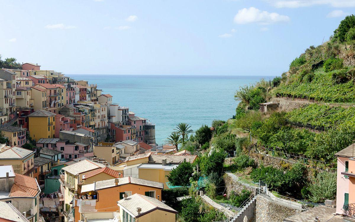 Des maisons colorées au bord des falaises, une des caractéristiques typiques des villages de Cinque Terre
