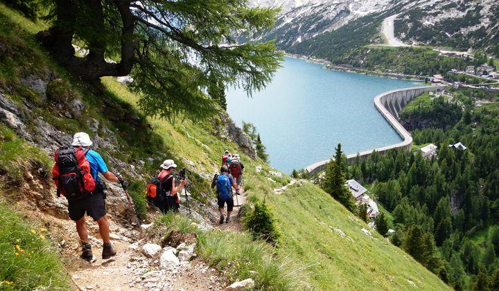 Randonnée au-dessus du lac de Fedaia en Italie