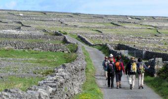 Randonneurs sur Inishmore en Irlande