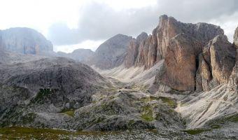 Le refuge Antermoia et la Cima di Dona dans les Dolomites
