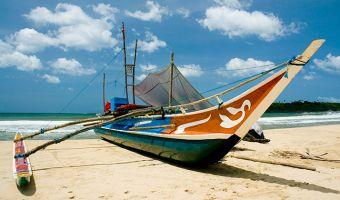Bateau sur la plage au Sri Lanka