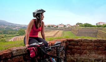Cycliste devant les fortifications de Valença, Portugal