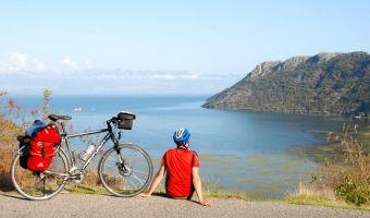 Cycliste près de Virpazar devant le lac de Skadar