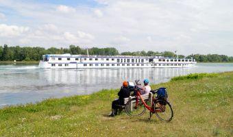 cyclistes devant le MS Arlene II au fil de l'eau