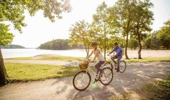 Cyclistes sur l'île de Ruissalo en Finlande