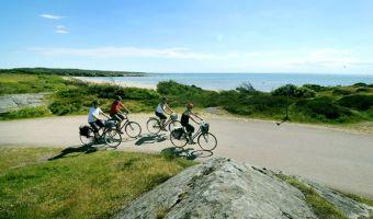 Cyclistes le long de la côte suédoise entre Ugglarp et Falkenberg
