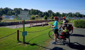 Cyclistes sur le chemin de halage de la Mayenne