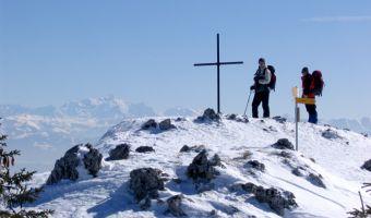 Randonneurs en raquettes dans le Jura