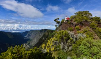 Randonneurs sur les reliefs volcaniques de l'île de la Réunion
