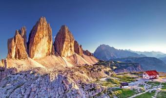 Les Tre Cime di Lavaredo et le refuge A. Locatelli dans les Dolomites