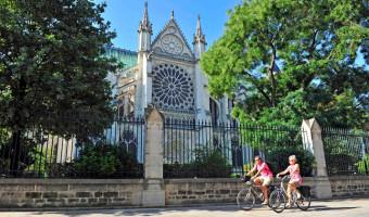 À vélo devant la basilique cathédrale de Saint-Denis